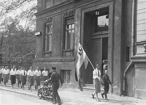 Auf Bild ist ein Aufmarsch einer Gruppe des Nationalsozialistischen Studentenbundes zu sehen.
