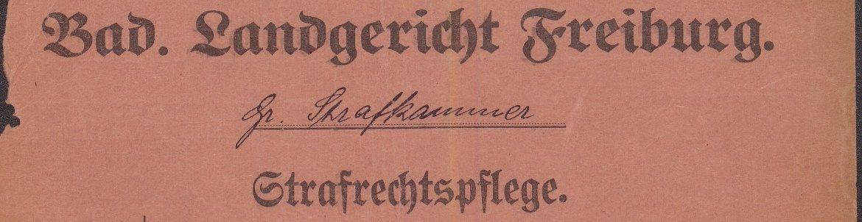 """Abgedruckt ist der Schriftzug """"Badisches Landegericht Freiburg"""" in Fraktur-Schrift. Darunter ist auf einer Ausfülllinie in lateinischer Schreibschrift """"Große Strafkammer"""" geschrieben und wiederum darunter abermals in Fraktur """"Strafrechtspflege""""."""