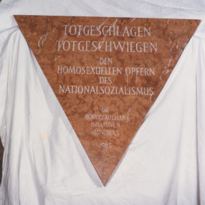 von Dedd (Eigenes Werk) [Public domain], via Wikimedia Commons, https://upload.wikimedia.org/wikipedia/commons/7/75/Gedenktafel_Rosa_Winkel_Dachau.JPG